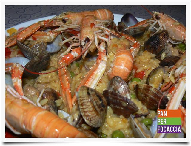 Paella con carne e pesce