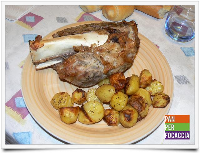 Stinco di maiale al forno e patate saporite