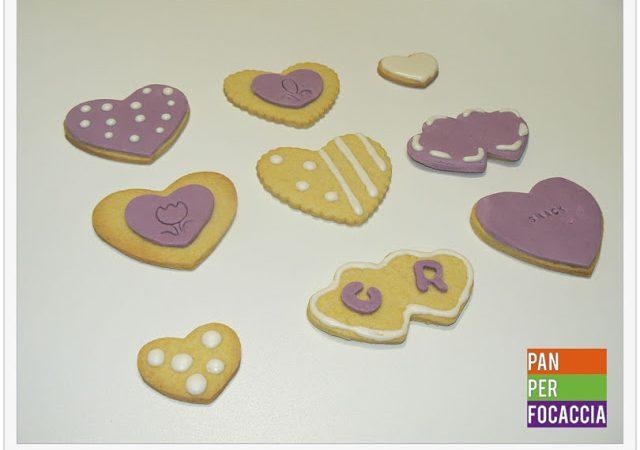 Biscotti di pasta frolla decorati per San Valentino