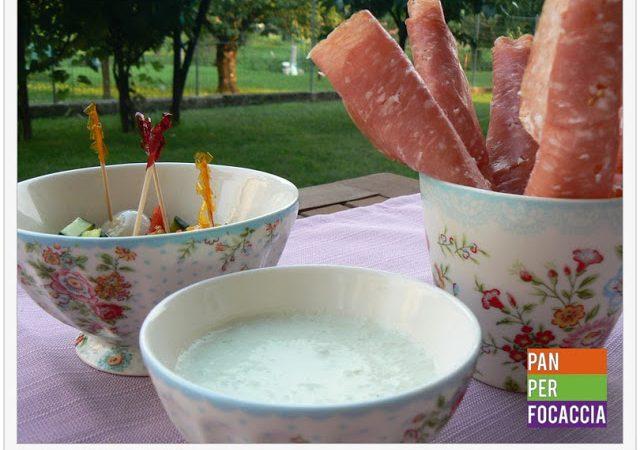 Grissini di sfoglia con salame, salsa allo yogurt e cetriolo e verdure