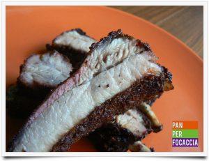 Costine di maiale al barbecue con cottura indiretta