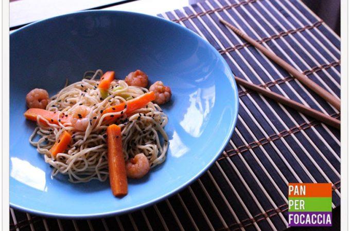 Noodles con carote e gamberetti