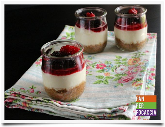 Cheesecake ai frutti di bosco in bicchiere e Rush and Bash