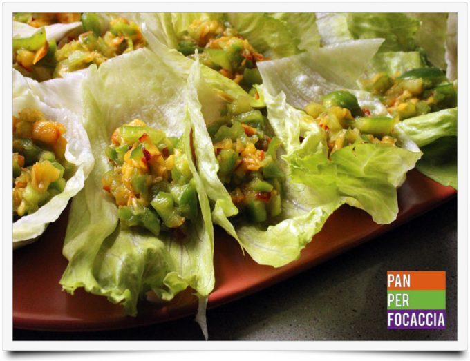 Tartine di insalata con peperoni e pesche