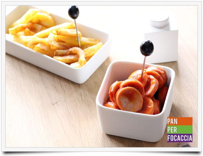 Currywurst con patatine fritte belghe