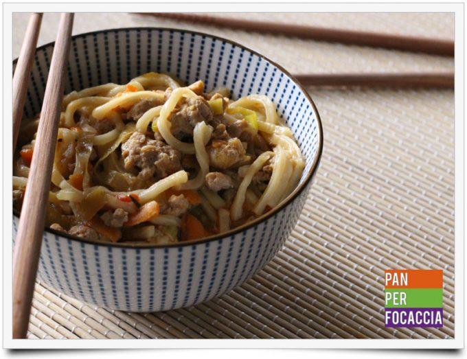 Flour sticks noodles con carne e verdure 1