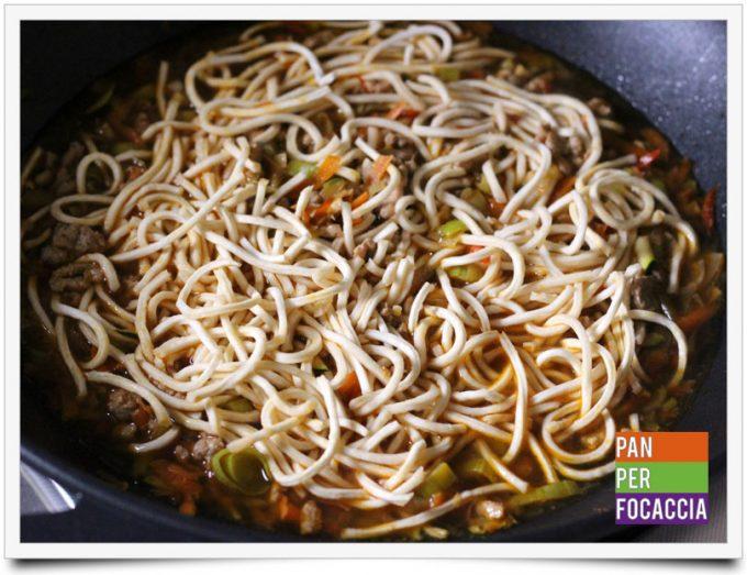 Flour sticks noodles con carne e verdure 5