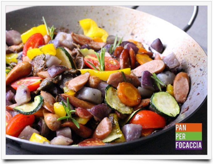 Würstel con verdure in pentola