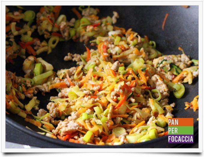 Flour sticks noodles con carne e verdure 3