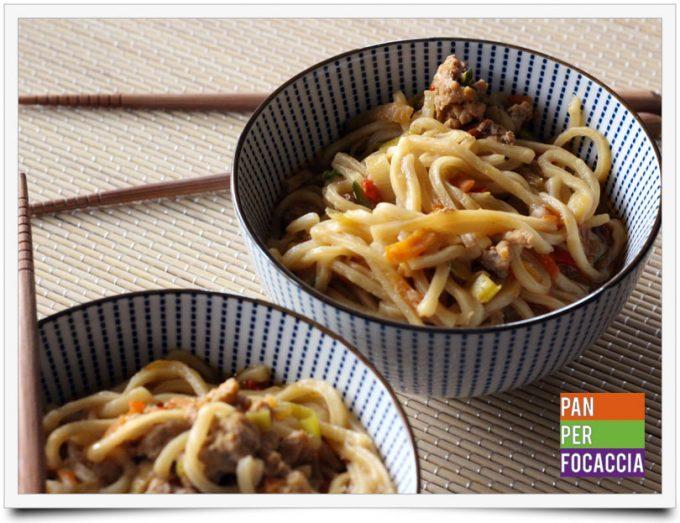 Flour sticks noodles con carne e verdure 6